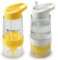 Lahve na vodu s citronem —ĺi jin  m ovocem