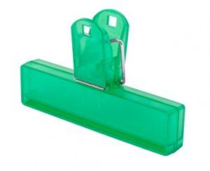 Průsvitný plastový klip na uzavření obalu.
