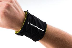 Potítko z lycry s reflexním proužkem a integrovanou kapsou na zip