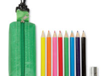 Pouzdro na zip s karabinkou s pastelkami a ořezávátkem