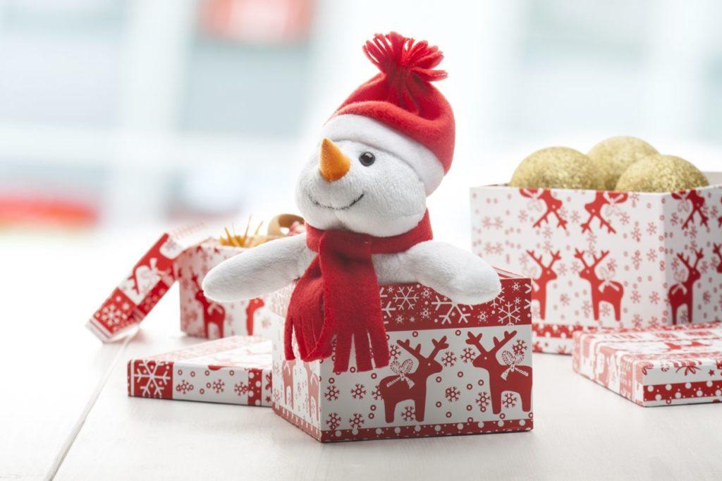 Plyšový sněhulák s papírovou etiketou