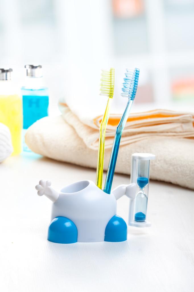 Stojánek na zubní kartáček s přesýpacími hodinami na 3 minuty