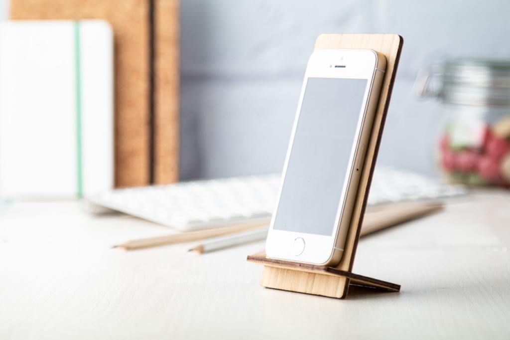 Stojánek na mobil z bambusové překližky